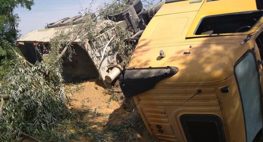 Wypadki drogowe, Przewróciła ciężarówka piaskiem - zdjęcie, fotografia