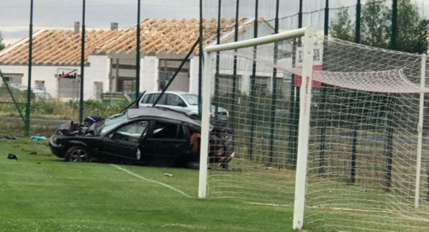 Wypadki drogowe, Rozbite piłkarskim boisku - zdjęcie, fotografia