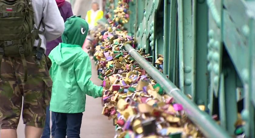 """Miasto, Koniec """"symbolami miłości"""" Moście Tumskim Wrocławiu Kłódki zdjęcia zabytek remontu - zdjęcie, fotografia"""