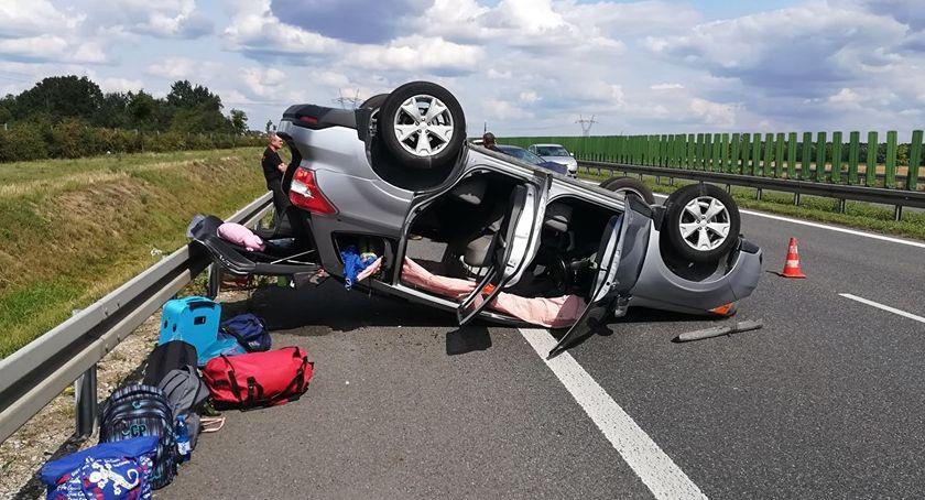 Wypadki drogowe, Dachowanie samochodu Wrocławiem - zdjęcie, fotografia