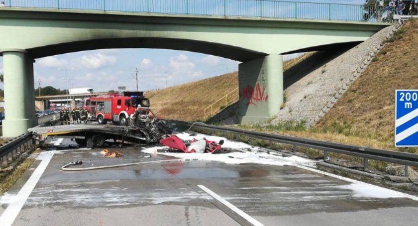 Autostrada A4, Policjanci wyciągneli poszkodowanego płonącego - zdjęcie, fotografia