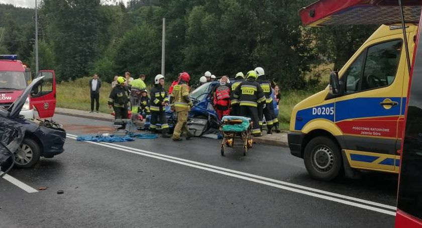 Wypadki drogowe, Wypadek Jelenią Górą Kamera zarejestrowała moment zderzenia samochodów - zdjęcie, fotografia
