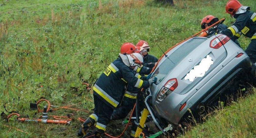 Wypadki drogowe, Zderzenie osobowego ciężarowym Kobieta byłą długo uwięziona rozbitym pojeździe - zdjęcie, fotografia