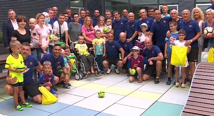 Miejsca we Wrocławiu, piłkarze Barcelony odwiedzili Wrocławiu dzieci walczące nowotworami - zdjęcie, fotografia