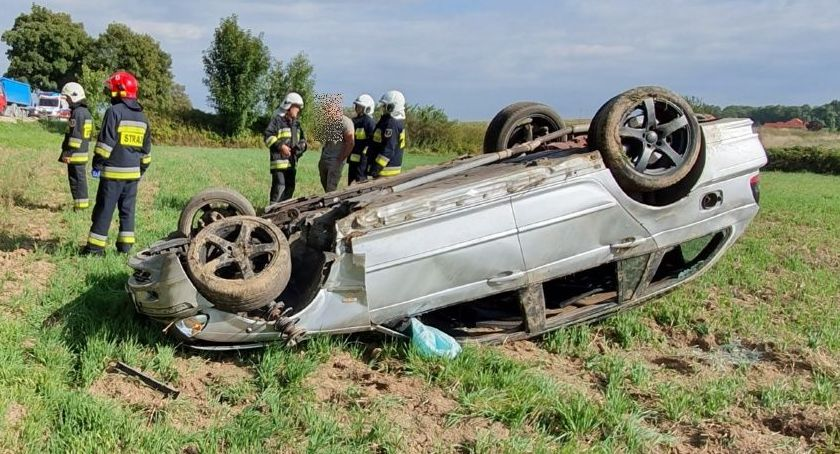 Wypadki drogowe, dachowało Wrocławiem - zdjęcie, fotografia