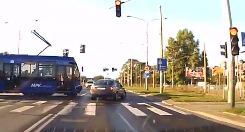 Komunikacja, czerwonym świetle wjechał tramwaj - zdjęcie, fotografia