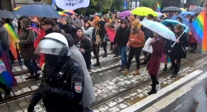 """Społeczeństwo, Ulicami Wrocławia przeszedł marsz równości Policja zatrzymała mężczyznę krzyczącego """"Allah akbar"""" - zdjęcie, fotografia"""