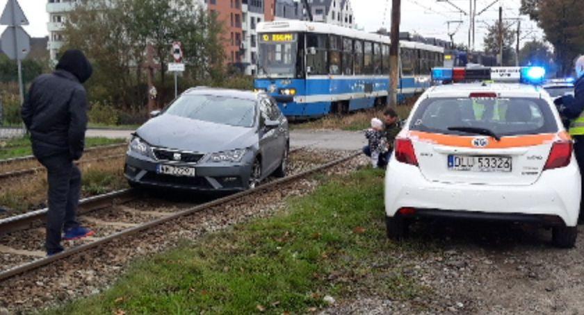 Wypadki drogowe, Zderzenie tramwaju samochodem osobowym - zdjęcie, fotografia