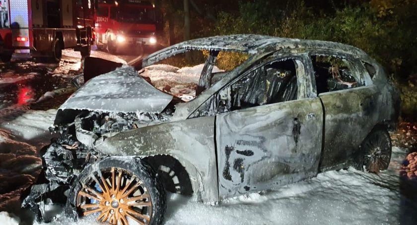 Wypadki drogowe, Samochód spłonął uderzeniu drzewo Kierowca pasażer wyciągnięci ostatniej chwili (video) - zdjęcie, fotografia