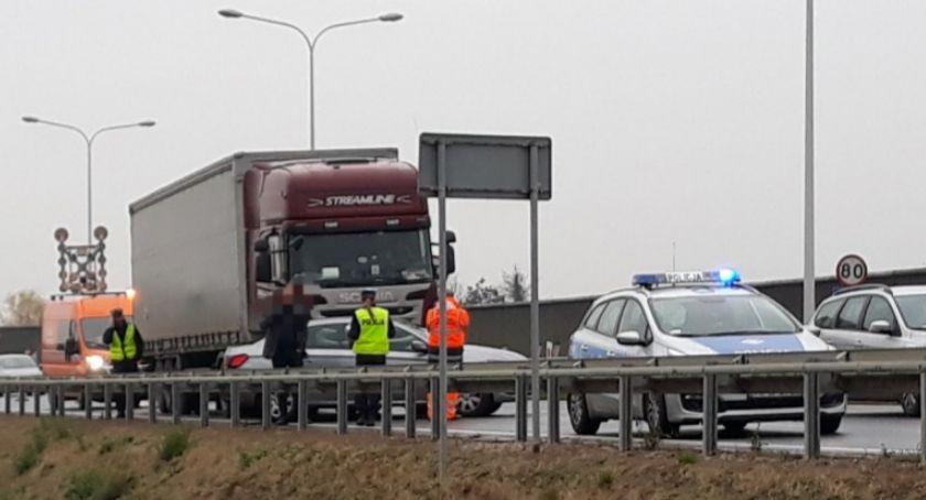 Wypadki drogowe, Kolizja Peugota samochodem ciężarowym - zdjęcie, fotografia
