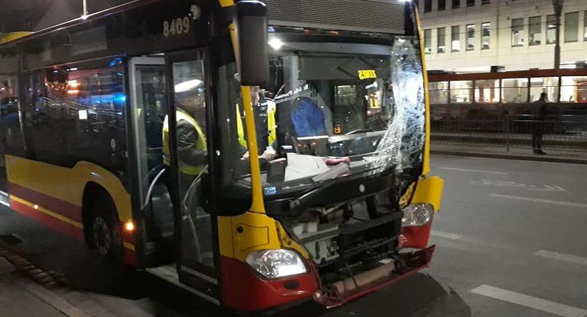 Wypadki drogowe, centrum miasta autobus wjechał słup trakcji tramwajowej - zdjęcie, fotografia