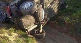 Zasnął za kierownicą.  Auto dachowało. Lądował śmigłowiec LPR