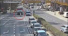 Dzielnicowy na ruchliwej drodze ruszył z pomocą starszej pani