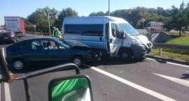 Na DK 94 zderzyły się trzy pojazdy. Dwie osoby trafiły do szpitala
