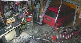 """Okradali sklepy  """"wjeżdżając"""" do środka samochodem. Gang włamywaczy w rękach Policji."""