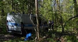 Skradziony samochód chciał ukryć w lesie. Odnaleźli i zatrzymali go policjanci