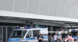 Nietrzeźwy kibic wtargnął na murawę podczas meczu – został zatrzymany i teraz odpowie za swój czyn p