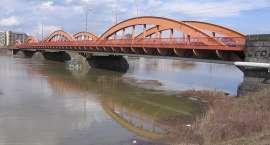 Pijany kierowca doprowadził do kolizji na środku mostu