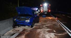 Stracił panowanie nad pojazdem i uderzył w przydrożne płyty betonowe