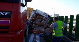Zderzenie dwóch ciężarówek na A4. Ładunek wypadł na jezdnię