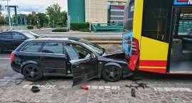 Auto osobowe zatrzymało się na autobusie