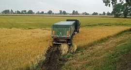 Ciężarówka w polu