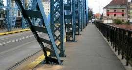Pijany kierowca swoją jazdę skończył na przęśle mostu