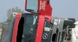Na Żmigrodzkiej przewróciła się ciężarówka