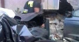 Auto uderzyło w budynek. Kierowca nie żyje