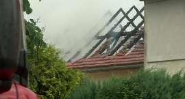 Piorun uderzył w dom województwie dolnośląskim. Interweniowało 9 zastępów straży pożarnej