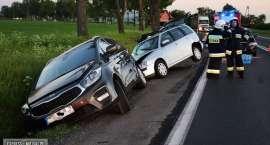 Zderzenie trzech aut. Dwa z nich wpadły do rowu