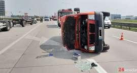 Bus przewrócił się po zderzeniu z vw golfem na A4