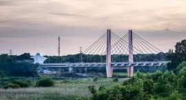 Uratowali kobietę, która skoczyła z mostu do rzeki