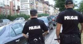 Policjanci z uwolnili psa zamkniętego w samochodzie