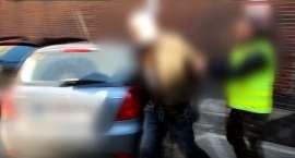 Areszt za kradzież rozbójniczą i uszkodzenie kilku pojazdów