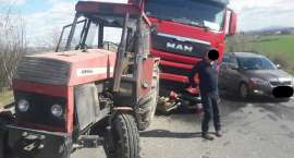Ciężarówka najechała na ciągnik rolniczy