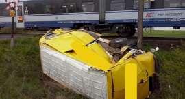 Zderzenie pociągu z dostawczym busem na niestrzeżonym przejeździe kolejowym w Cieszkowie