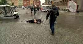 Kobieta, na którą spadł przewrócony przez wiatr parasol, dochodzi do siebie w szpitalu