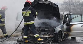 Pożar na złomowisku aut