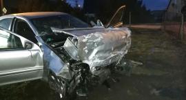 Samochód uderzył w budynek. Kierowca zginął.