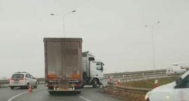 Ciężarówka zawisła na barierach na AOW