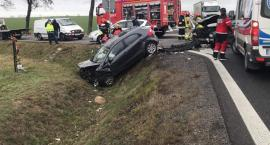 Zderzenie dwóch aut. Jedno wpadło do rowu. Dwie osoby w szpitalu.