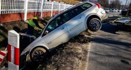 Renault wypadł z drogi i stanął niemal pionowo