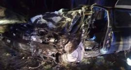 Kierowca uwięziony w samochodzie rozbitym na drzewie