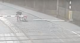 Pijany rowerzysta na przejeździe kolejowym - film-