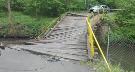 Ciężarówka zniszczyła most. Służby gminne szukają sprawcy