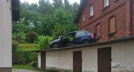 Uciekając przed policją ....wjechał na dach budynku