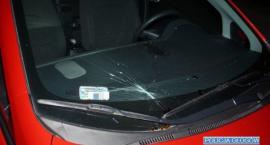 Rzucił butelką w samochód, ale nie w ten, w który chciał – został zatrzymany przez policjantów
