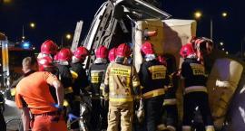 Betoniarka przewróciła się na węźle Wrocław Południe. Kierowca uwięziony w kabinie.