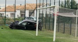 Rozbite auto na piłkarskim boisku